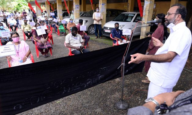 ജീവനക്കാർ പ്രതിഷേധ ദിനം ആചരിച്ചു